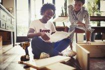 Femmes, montage de meubles à la maison — Photo de stock