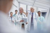 Лікарі і медсестри ходити в лікарні коридор — стокове фото