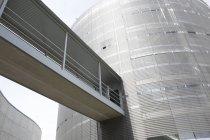 Architektonisches, modernes Gebäude und erhöhter Gehweg — Stockfoto