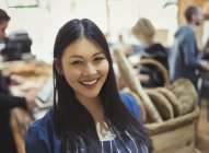Portrait smiling young woman in grocery store — Stock Photo