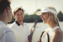 Giocatori di tennis maschile e femminile ne sul tennis — Foto stock