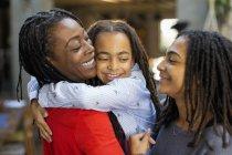 Liebevolle Mutter und Töchter umarmt — Stockfoto