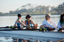 Самка веслування команда веслування черепа Сонячний озеро — стокове фото
