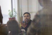 Бизнесмен разговаривает, жестикулирует в конференц-зале — стоковое фото