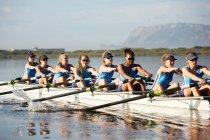 Weibliche Ruderer Rudern Scull auf sonnigen See — Stockfoto