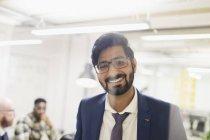Retrato sorridente, confiante empresário no escritório — Fotografia de Stock