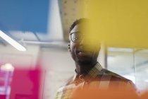 Kreative Geschäftsmann brainstorming, Verwendung von Klebstoff Notizen — Stockfoto