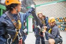 Cumprimentando amigos de mulheres, preparando o equipamento da linha zip — Fotografia de Stock