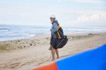 Parapendio con zaino paracadute sulla spiaggia dell'oceano — Foto stock