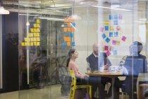 Gens d'affaires créatives de remue-méninges en séance Salle de conférence — Photo de stock