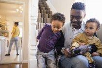 Père afro-américain avec des enfants dans les escaliers — Photo de stock