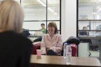 Ridere donna d'affari in riunione — Foto stock
