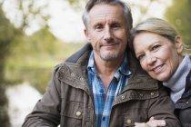 Пожилые пары кавказской, обнимая в парке — стоковое фото