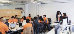 Хакери кодування на благодійність в hackathon — стокове фото