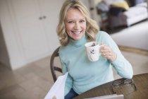 Portrait souriant, confiante femme mature, boire du thé — Photo de stock