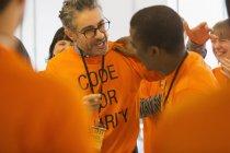 Pirates heureux hugging, codant pour la charité hackathon — Photo de stock