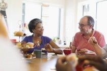 Amigos seniors felizes disfrutando de té de la tarde en el centro comunitario - foto de stock