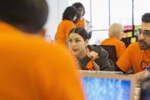 Pirates à des ordinateurs portables codage pour la charité au hackathon — Photo de stock