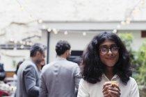 Porträt, lächelnde junge Frau genießen Partei auf Terrasse — Stockfoto