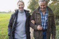 Feliz sorrindo casal maduro andando ao ar livre — Fotografia de Stock