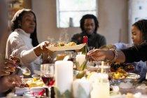 Mujer pasando la comida en la cena de Navidad - foto de stock