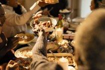 Сім'ї, які проходять їжі при Різдвяна вечеря — стокове фото