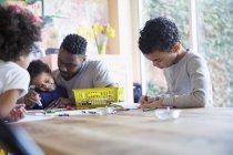 Père africain et les enfants coloriage à la table — Photo de stock