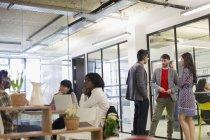 Geschäftsleute reden und arbeiten im Büro — Stockfoto