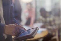 Закрыть бизнес с помощью цифрового планшета — стоковое фото