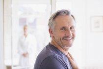 Retrato sorrindo, homem maduro confiante na casa moderna — Fotografia de Stock