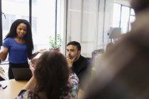 Gente di affari ne in riunioni sala conferenze — Foto stock