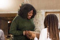 Мать дарит рождественский подарок дочери — стоковое фото