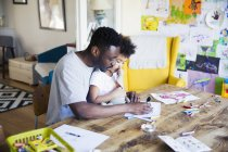 Father and toddler daughter coloring at table — Stock Photo