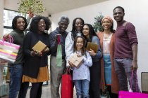 Портрет посміхаючись мульти покоління сім'я тримаючись різдвяні подарунки — стокове фото