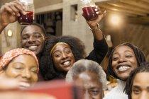Счастливый мульти поколения семьи принимая selfie — стоковое фото