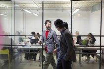 Ділові люди, ходити і говорити в офісі — стокове фото