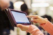 Закрыть бизнес-леди с помощью цифрового планшета — стоковое фото