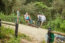 Amis vélo de montagne, reposant sur le sentier — Photo de stock