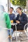 Männliche Freunde im Straßencafé — Stockfoto