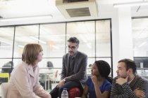 Pessoas de negócios criativos falando na reunião de gabinete — Fotografia de Stock
