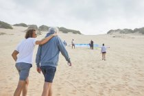 Параплан друзей, прогулки на пляже — стоковое фото