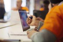 Hacker bei Laptop-Codierung für guten Zweck beim Hackathon — Stockfoto