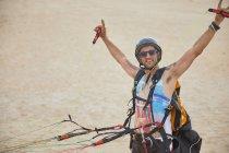 Портрет впевнений, безтурботні чоловік параплана прив'язали з обладнанням на пляжі — стокове фото
