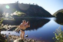 Couple romantique, sans soucis au lac été ensoleillé — Photo de stock