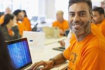 Hacker confiant portrait au portable de codage pour la charité hackathon — Photo de stock