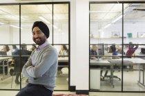 Portrait homme d'affaires confiant en turban au bureau — Photo de stock
