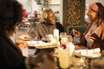Famille de plusieurs génération main dans la main, prier à dîner de Noël — Photo de stock