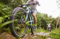 Человек катается на горном велосипеде по грязной тропе — стоковое фото