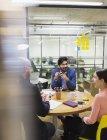 Творческие бизнесмены устроили мозговой штурм в конференц-зале — стоковое фото