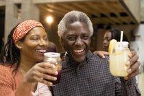 Feliz pai sênior e filha bebendo limonada e sangria — Fotografia de Stock